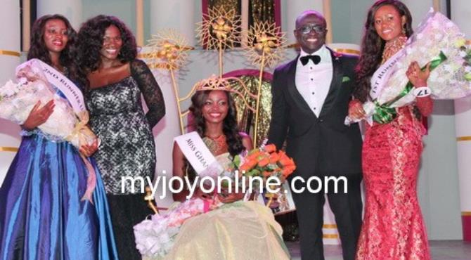 Naa Okailey Shooter, Miss Ghana 2012 flanked by runners-up, and MCs for the night. Photo: David Andoh
