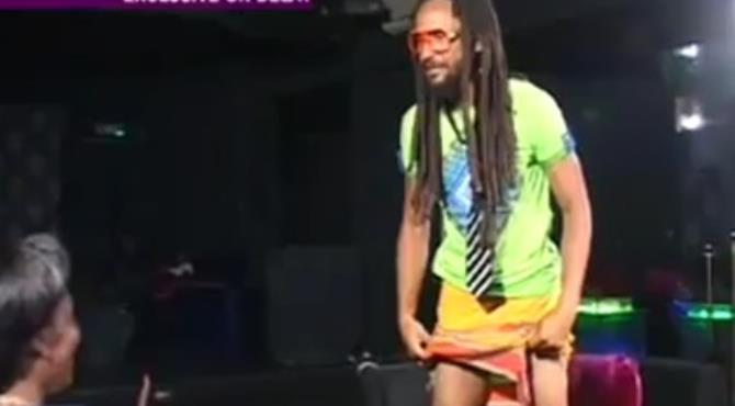 Wanlov lifting his cloth on the Delay show