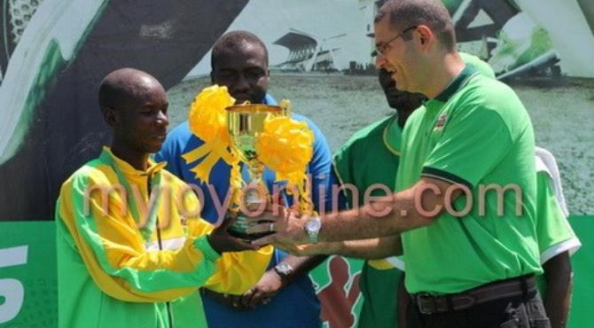 Alex Kimeli receiving the trophy for winning the marathon