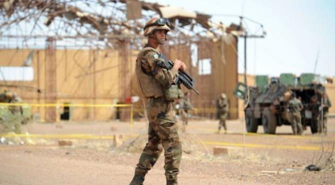 A French soldier stands guard at the airport in the Malian northern city of Gao, on February 9, 2013.  By Pascal Guyot (AFP)
