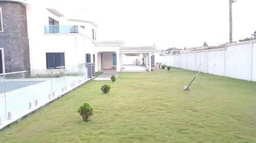LUXURY 6 BEDROOMS HOUSE WITH P00L AT EAST LEGON