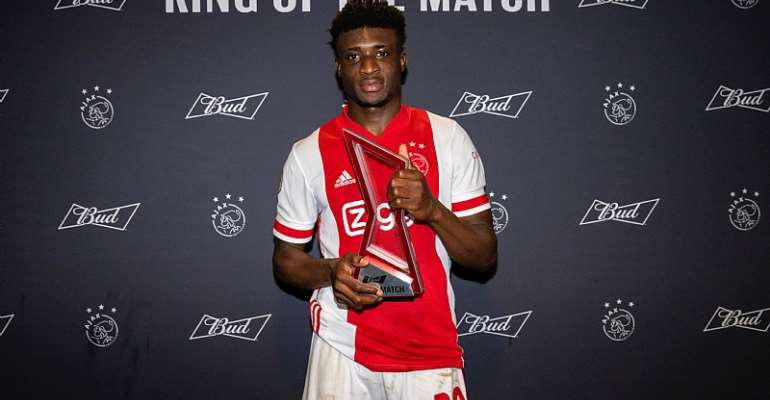 Mohammed Kudus with his MVP award from the SC Heerenveen game. Photo Credit/Ajax