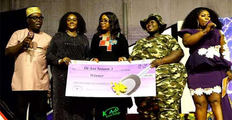 Precious Mensah (2nd R) receiving her prize