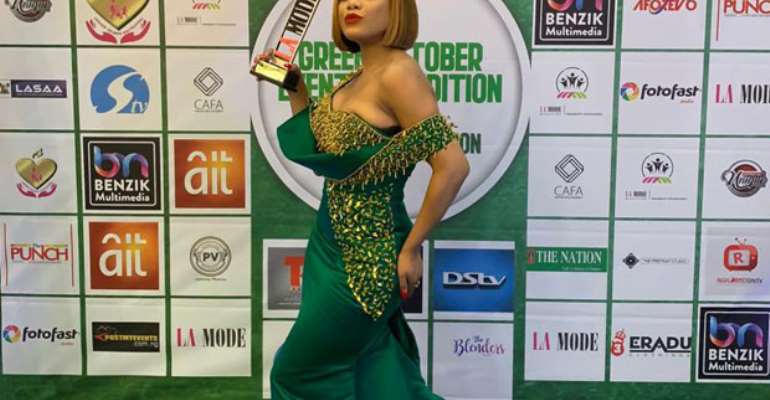 Zynnell Zuh displaying her award