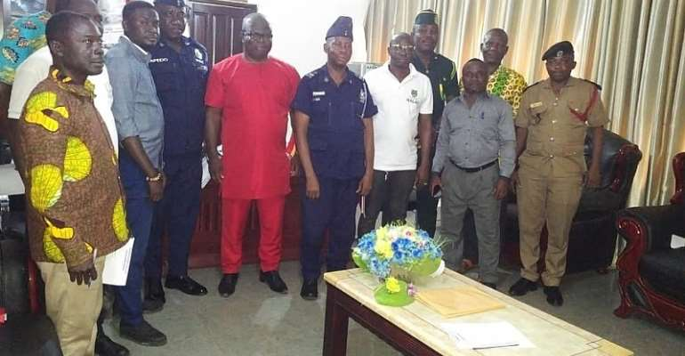MEMBERS POSE WITH THE MCE (MIDDLE) AFTER THE INAUGURATION