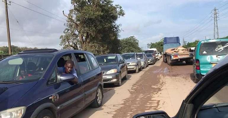 W/R: Broken down haulage truck blocks pothole-ridden road at Tarkwa-Ahwitieso