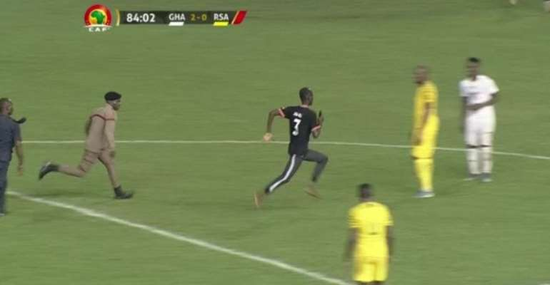 'Marathon' Pitch Invader Fine GH¢2,400; Says He Wanted To Take Selfie With Thomas Partey