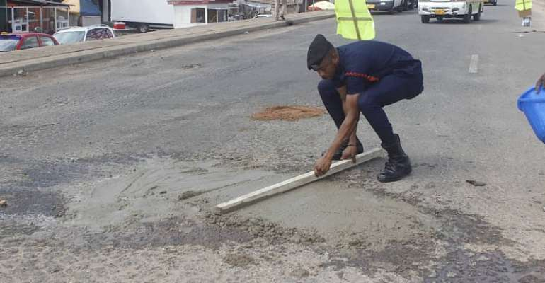 Meet Police Officer Who Patch Potholes In Accra To Save Lives [Photos]