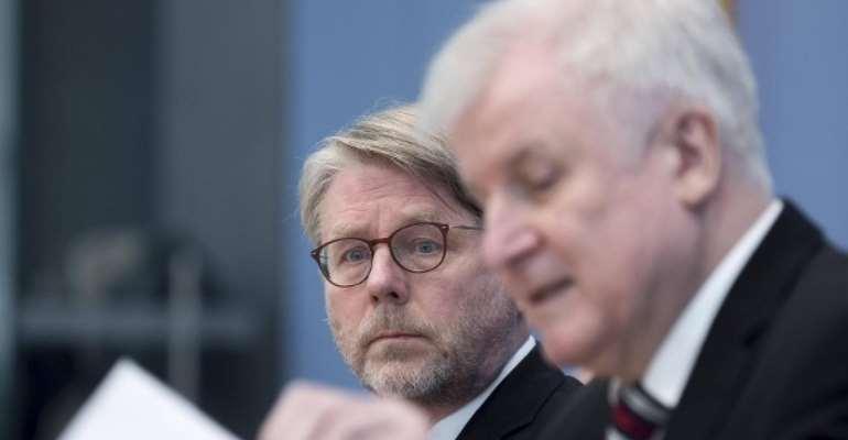 Bamf boss Hans-Eckhard Sommer (left) with Interior Minister Horst Seehofer