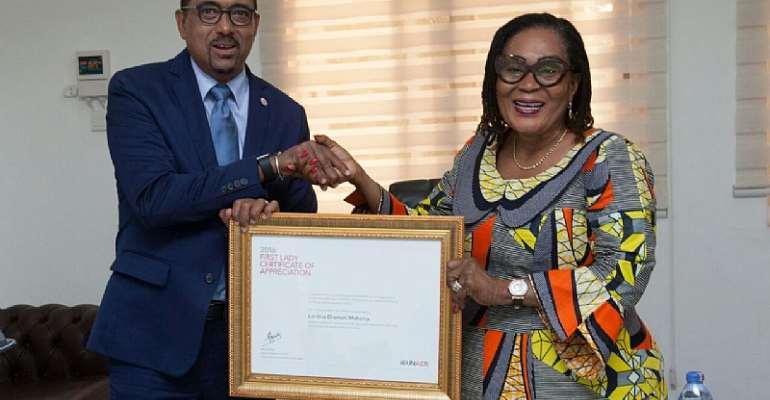 Michel Sidibi presenting the award toFormer First Lady Lordina Mahama
