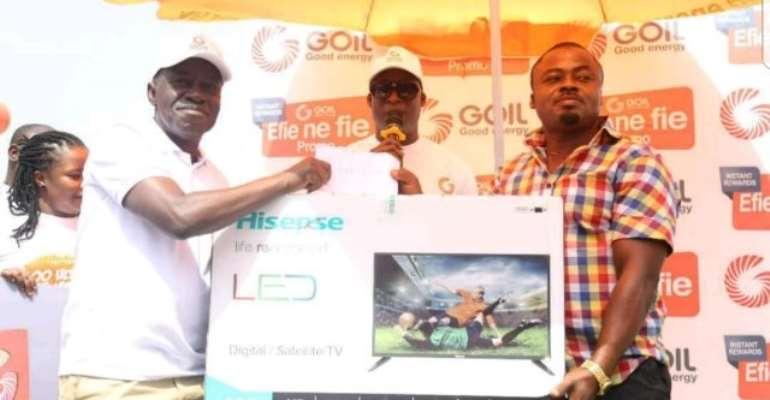 MD/Group CEO of GOIL, Mr. Kwame Osei Prempeh (left) presenting a Television set to one of the top winners