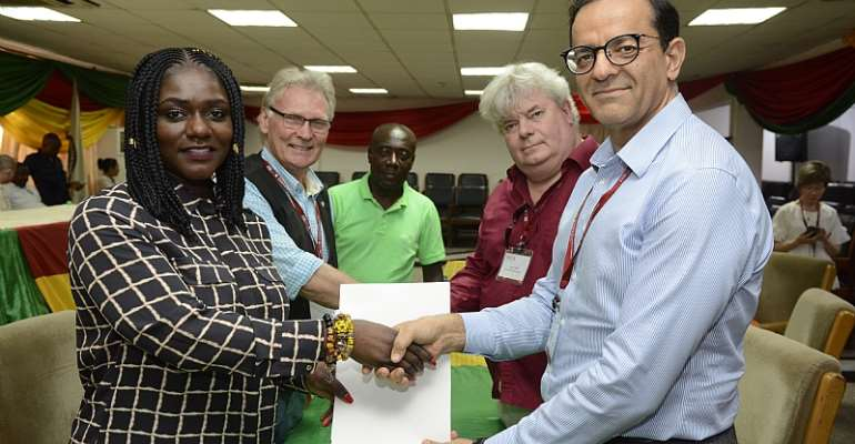 Signing of MOU, CEO of Dentaa (left), Head of Delegation Mirzaei (right)