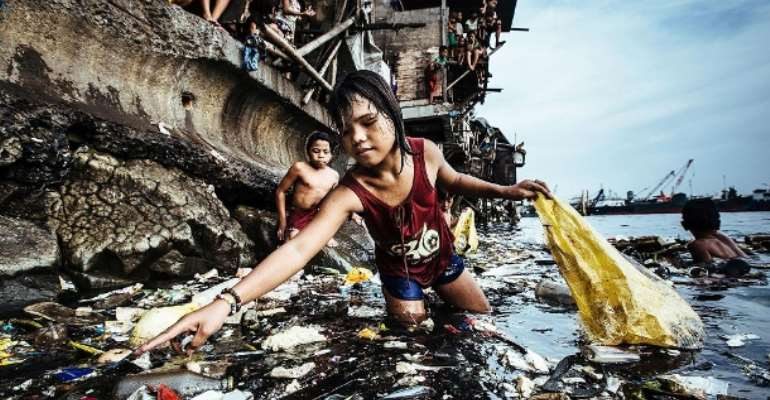 In the slum Tondo at the port of Manila, children looking for plastic bottles to sell.