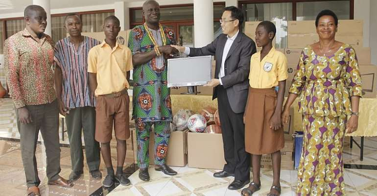 Nene Ogah Osuagbo I receiving the items on behalf of his traditional area