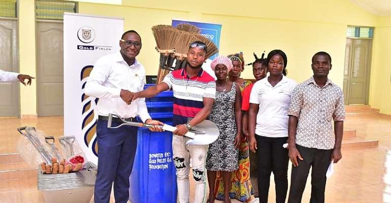 Mr. Razak Yakubu Presenting Sanitation Items To A Winning Community.