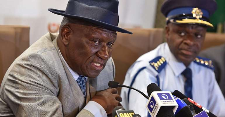 South African police minister Bheki Cele (left) claims success in the investigation of political killings in KwaZulu-Natal. With him is the head of the police, Khehla Sithole. - Source: GCIS