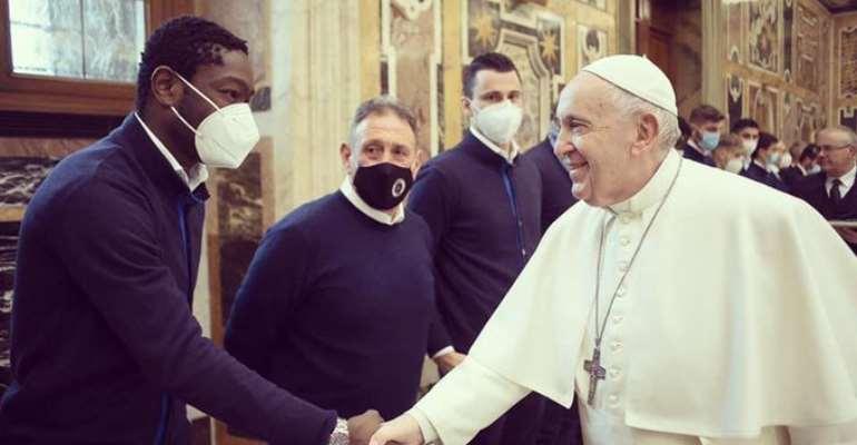 Emmanuel Gyasi shaking Pope Francis