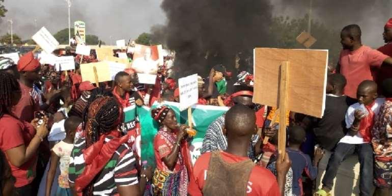 Damongo: NDC supporters burn tyres, demonstrate against EC, killing of voters again