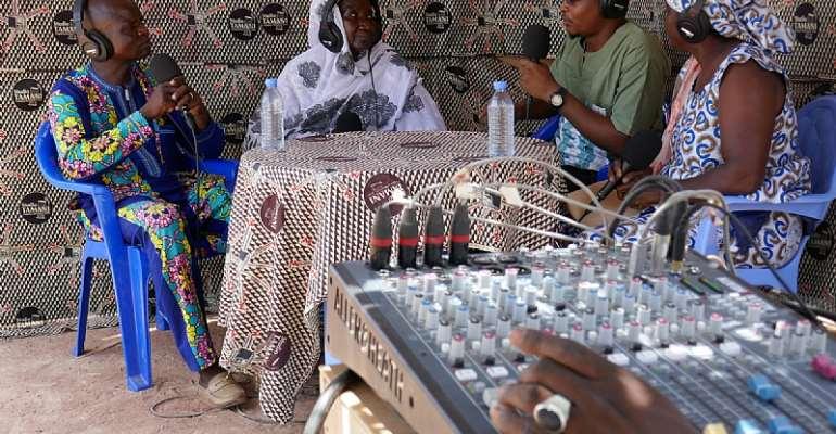Studio Tamani journalists interviewing Malian women for their daily radio show.  - Source: Samuel Turpin/Fondation Hirondelle