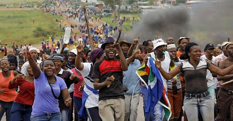 Failure by local government to provide basic services has led to protests around South Africa. Now, some residents are resorting to self-help.  - Source: EFE-EPA/Kim Ludbrook
