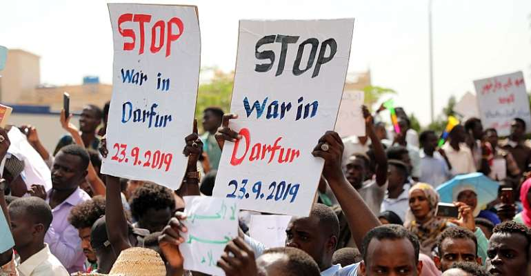 Sudanese protesting against the conflict in Darfur.  - Source: Marwan Ali/EPA-EFE