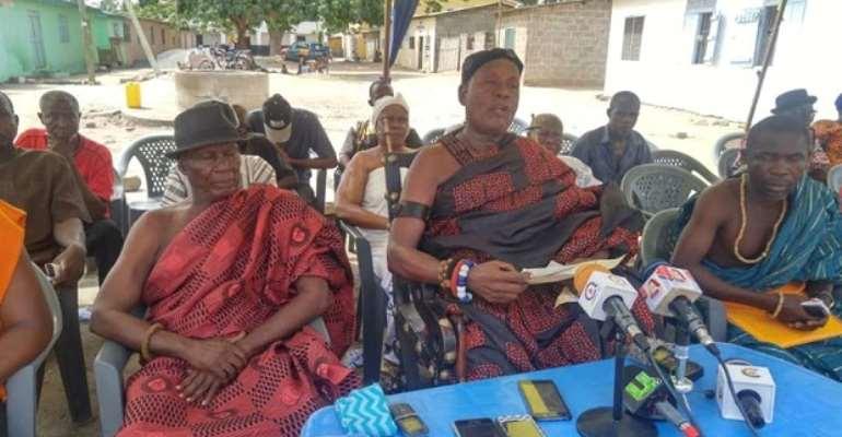 Asafoatse Keke Zormabi IV flanked by some kingmakers while addressing the media