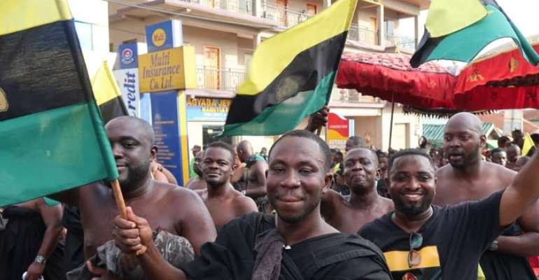 Some proud Asantes boldly displaying the Asanteman flag