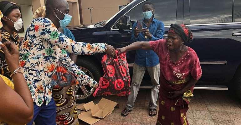 COVID-19 Lockdown: Owusu Bempah Feeds Agogo Widows