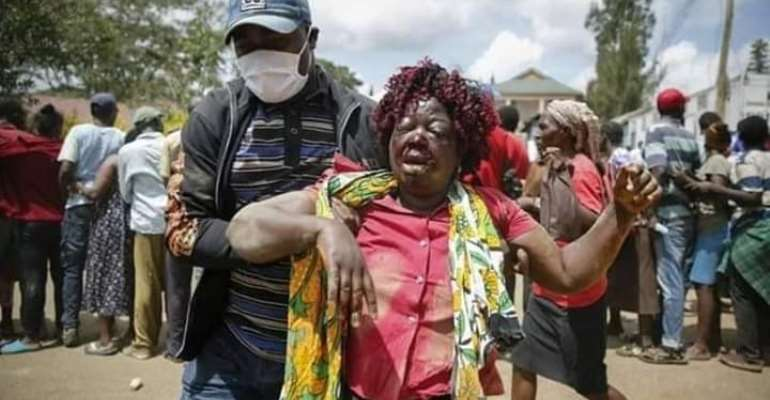 A lady was brutalized while fighting for mask and maize distributed by a local politician in Kenya's largest slum, Kibera.Photo courtesy: Fetus Chuma