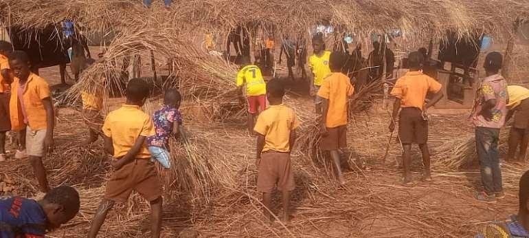 Kechiebi-Asuogya pupils use class hours to build makeshift sheds as classrooms