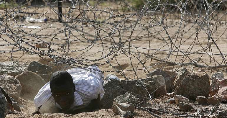 An illegal Zimbawean  immigrant crosses into South Africa. - Source: EFE-EPA/Kim Ludbrook