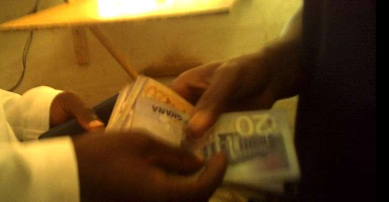Undercover Video Exposes KMA Staff Taking Bribe In The Toilet