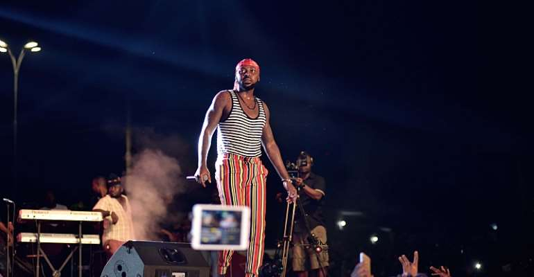 Hiplife artiste Yaa Pono knocks down fans at VGMA Nominees Jam (Video)