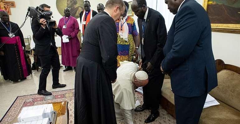 Pope Francis kiss South Sudan leader legs