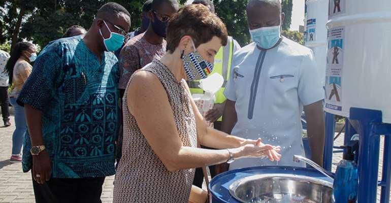 HE Diana Acconcia, EU Ambassador to Ghana, demostrates how the