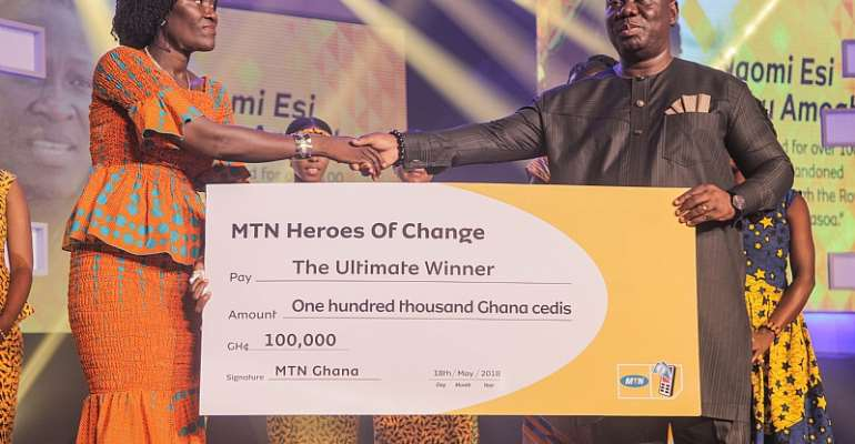 Mr. Sam Addo General Manager  Of MTN Business Presenting Dummy Cheque To Madam Noami Of Royal Seed Foundation, Winner Of MTN Heroes Of Change Season IV