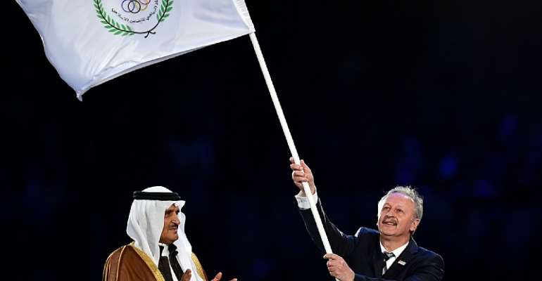 Kadir Topbas, who was Mayor of Istanbul at the time, waves the Islamic Solidarity Sports Federation flag ©Getty Images