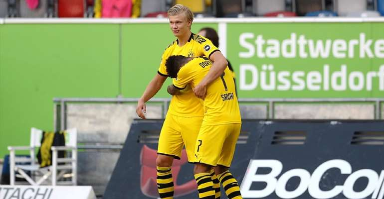 Erling Haaland of Borussia Dortmund celebrates scoring a goal with team mate Jadon Sancho during the Bundesliga match between Fortuna Duesseldorf and Borussia Dortmund at Merkur Spiel-Arena on June 13, 2020 in Duesseldorf, Germany
