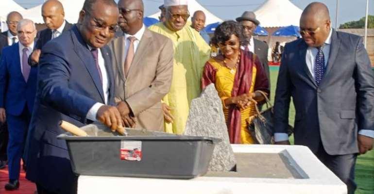 The Prime Minister of the Togolese Republic, Mr. Komi Selom Klassou, laying down the first stone of the next Kékéli power station. ©Eranove