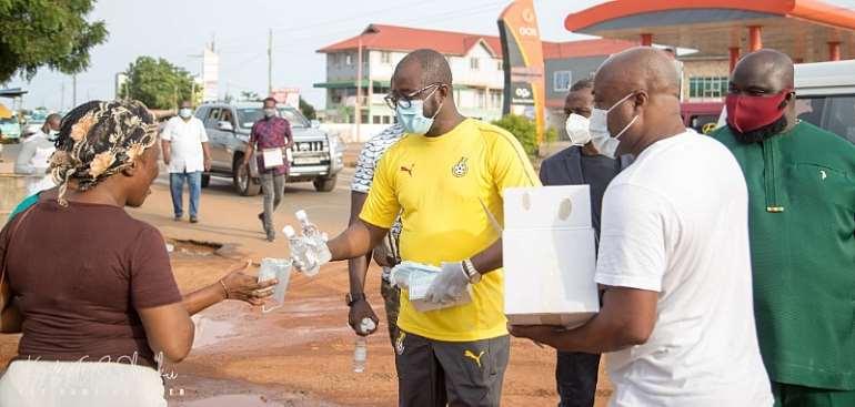 Coronavirus: GFA Boss Kurt Okraku Donates Face Masks & Sanitizers To Residents of Ashale Botwe [PHOTOS]