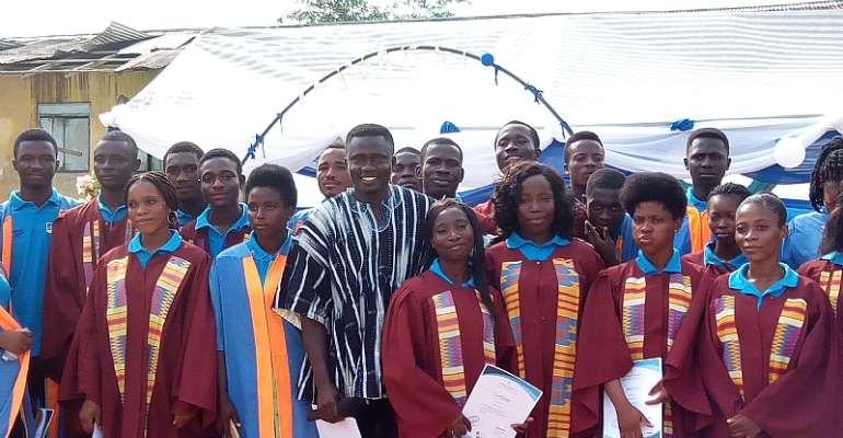 Ellenda Assembly Member, Hon. Emmanuel Nvojo in the middle of the graduands