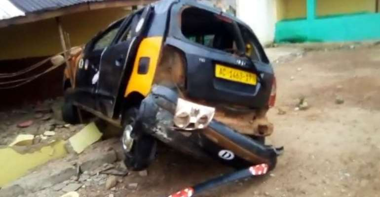 C/R: Car runs into Palace; kills one, injures three at Ajumako Eduyaw
