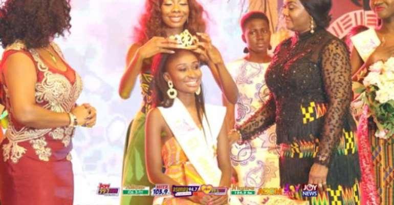 Rebecca Nana Adwoa Kwabi being crowned Miss Ghana