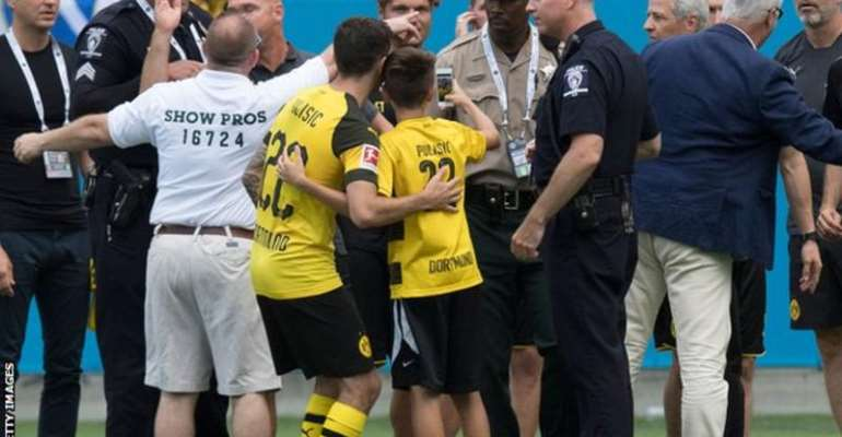 Christian Pulisic: Dortmund Star Poses With Young Fan Being Dragged Off By Security
