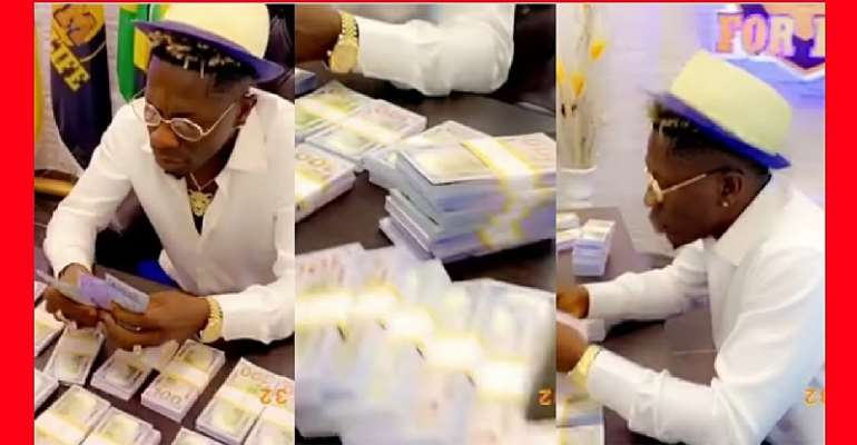 """Shatta Wale Flaunts Thousands Of Dollars While Jamming To Stonebwoy's """"Putuu"""" [WATCH]"""