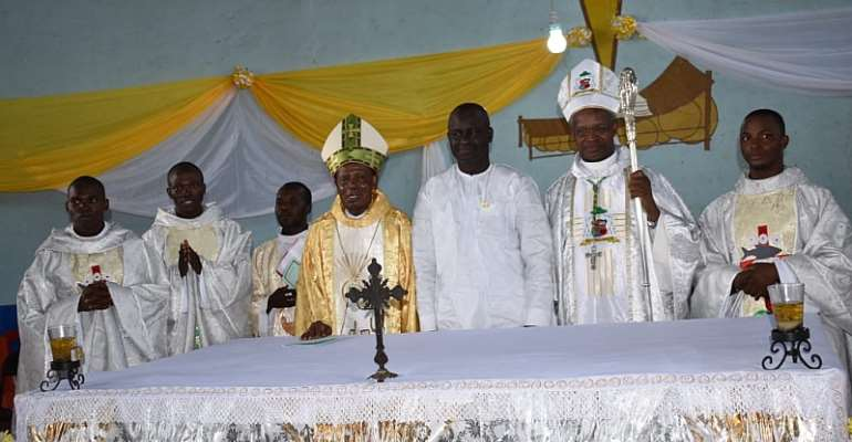Regional Minister joins Catholic Church to outdoor new priests