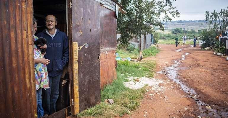 Marie Coetzee and her husband Fanie Coetzee live in the poverty stricken shanty town community of Munsieville, west of Johannesburg.  - Source: EFE-EPA/Kim Ludbrook