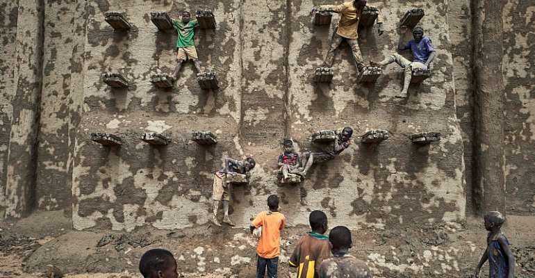 Restoring the mosque of Djenné in Mali. - Source: MICHELE CATTANI/AFP via Getty Images