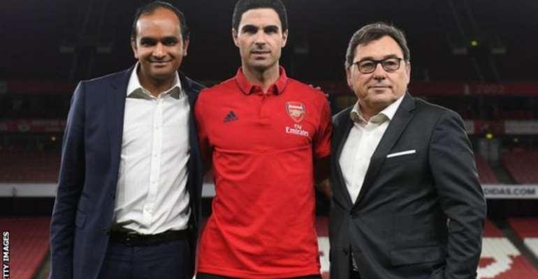 Raul Sanllehi (right) with Arsenal head coach Mikel Arteta and Vinai Venkatesham, who will be replacing him