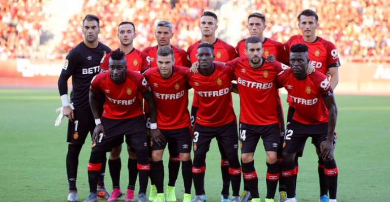 Lumor and Baba in a team photo with Real Mallorca teammates before the Eibar game